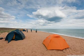 Наш лагерь на песчаном пляже